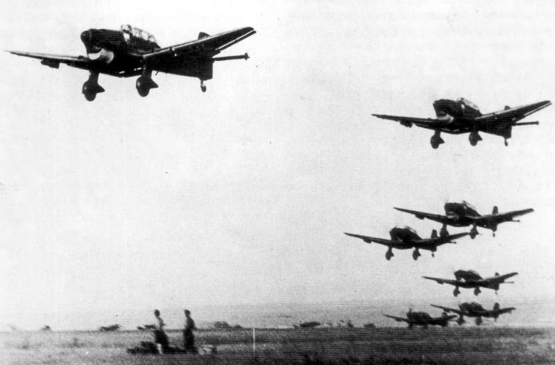 Взлет немецких пикирующих бомбардировщиков Юнкерс Ю-87