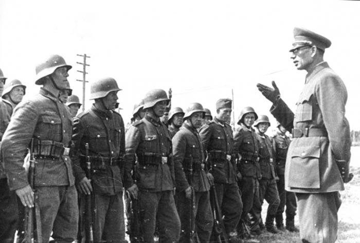 Генерал-лейтенант А.А. Власов, перешедший в 1942 году на сторону немцев, и солдаты, так называемой, Русской освободительной армии (РОА).