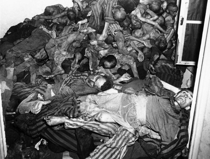 Груда трупов узников в помещении крематория концлагеря Дахау