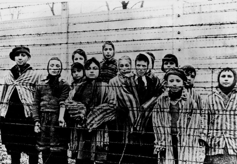 Группа детей из концлагеря Освенцим (Аушвиц)