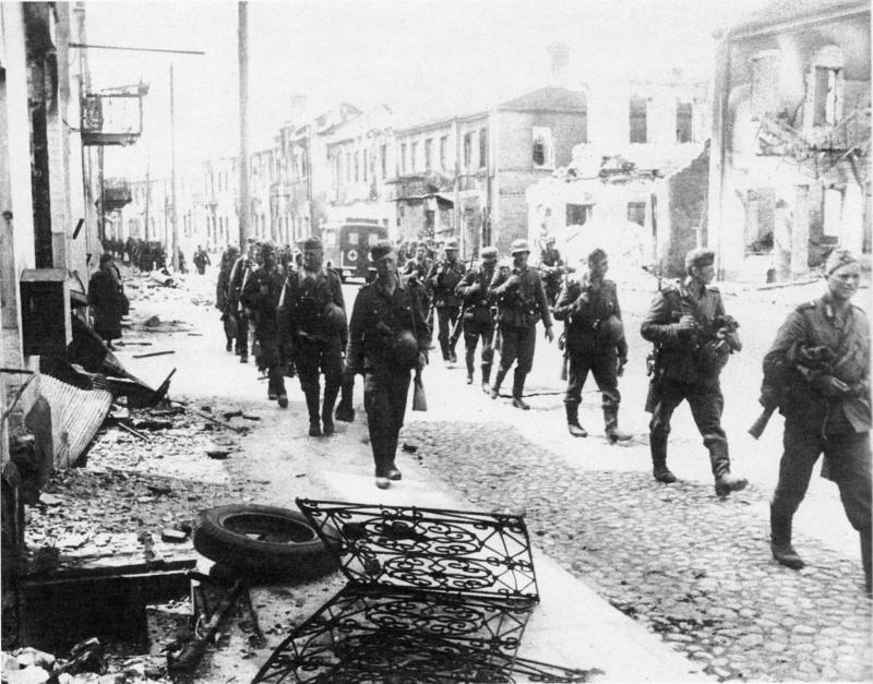 Немецкие солдаты проходят по улице белорусского города Гродно, захваченного в ночь с 22 на 23 июня 1941 г