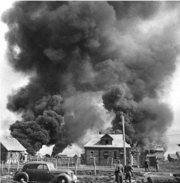 Немецкие солдаты рядом с горящей советской деревней. Время съемки июнь 1941