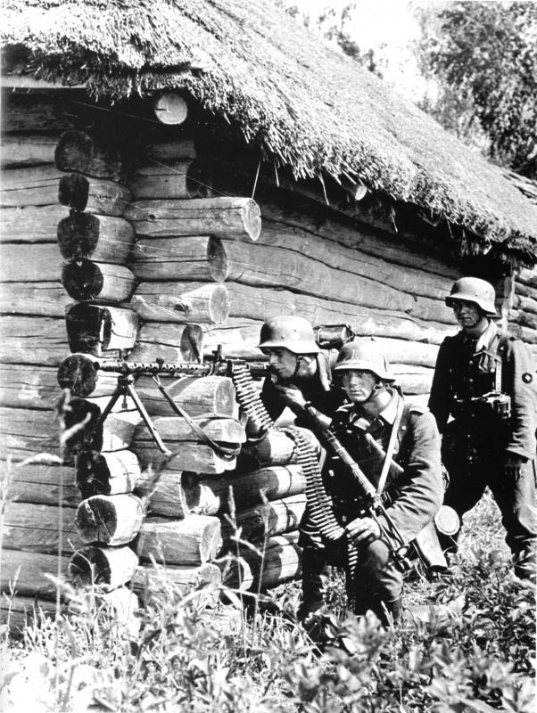 Немецкий пулеметный расчет MG-34 на углу дома в белорусском городе Рогачёв