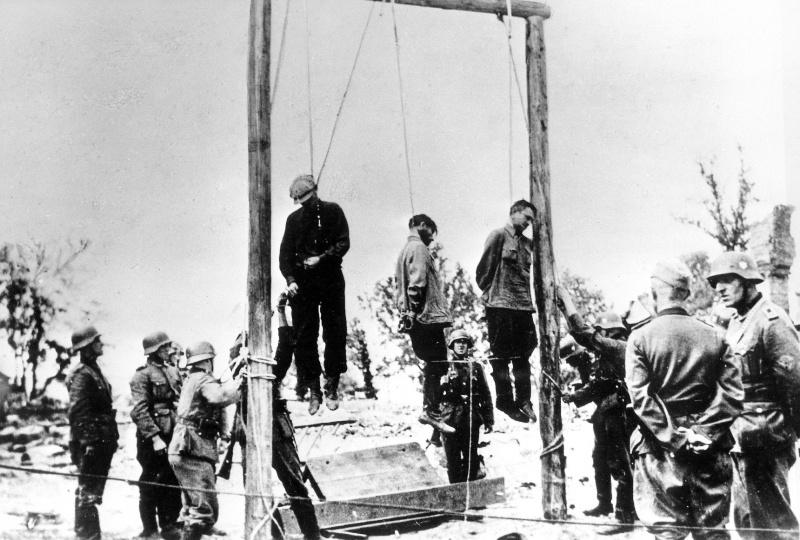 Повешенные советские граждане, подозреваемые немцами в связи с партизанами.