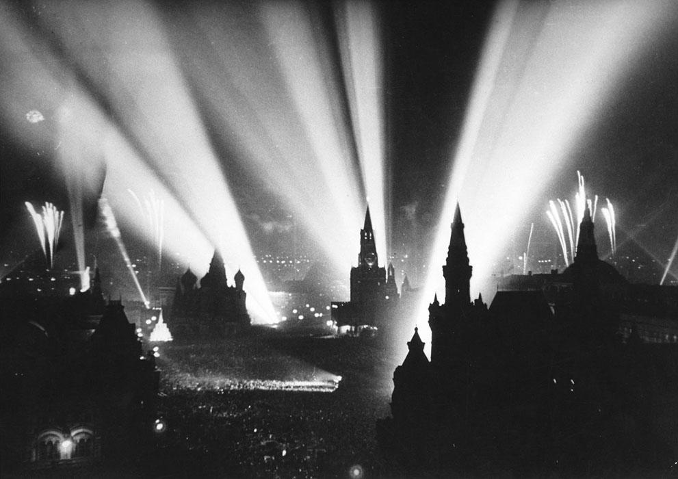 Празднование победы на Красной площади в Москве. Фейерверки, артиллерийский салют и иллюминация 9 мая 1945 года