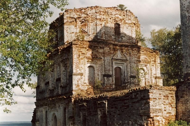 Руины монастыря в Красной горке на реке Пинеге, Архангельская область