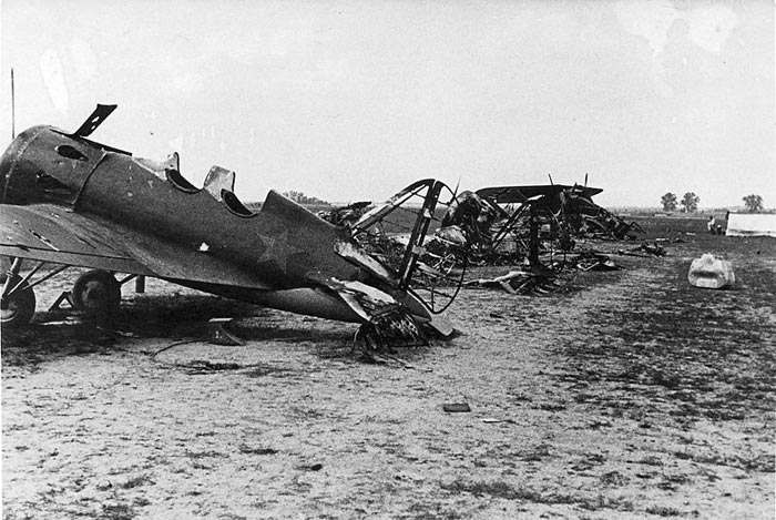 Советский аэродром после немецкого авианалёта