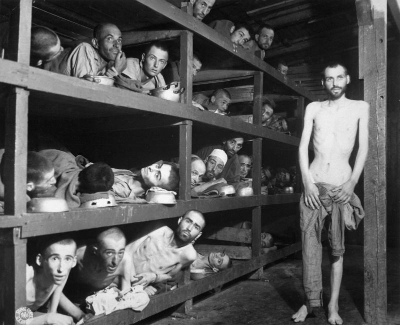 Узники концлагеря Бухенвальд внутри барака
