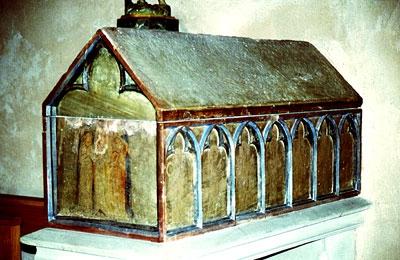 Саркофаг из песчанника XIV века, в котором до Революции хранились честные мощи свв. Софии и ее дочерей.