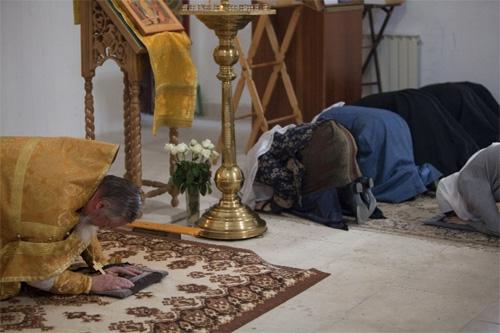Картинки по запросу молитва в храме на коленях