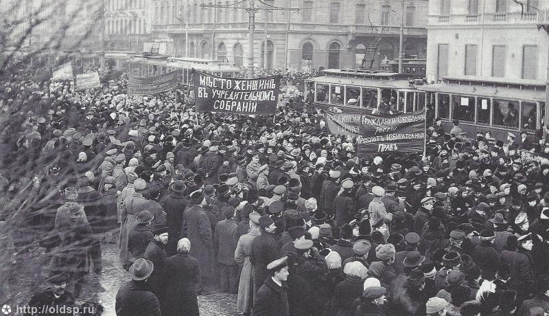 Демонстрация женщин на Невском проспекте