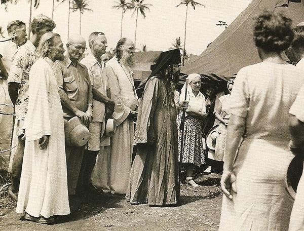 святитель Иоанн посещает лагерь русских беженцев на Тубабао